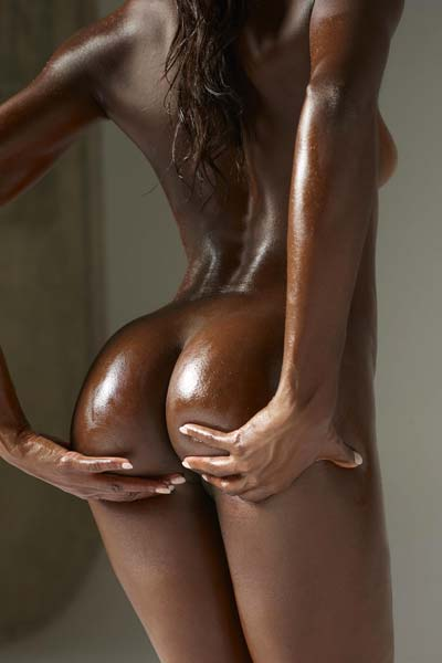 Chocolate beauty Simone is naked and oiled up