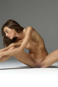 Flexy brunette Cleo flaunts her sexy body sensually