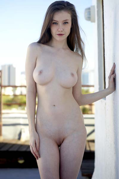 Graceous Emily Bloom poses eroticaly by showing her seducing and beautiful body