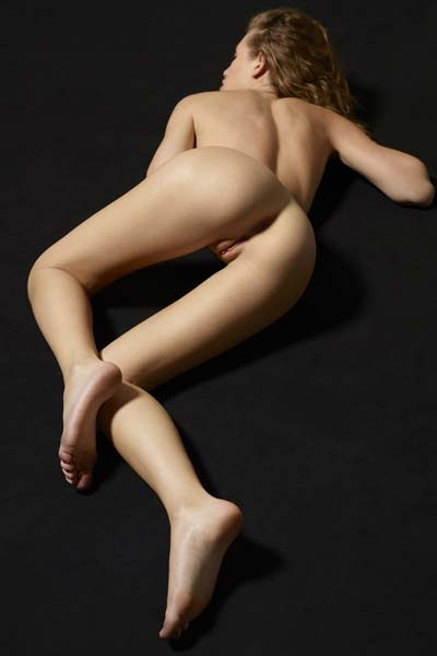 Newcomer Katia knows how to get the attention of her viewers with her amazing curves