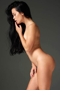 This cute newcomer shamelessly presents her naked posture for a photo shoot