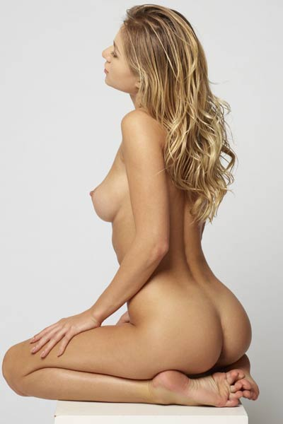 Astonishing blonde babe presents her curvy hips and big smooth breasts