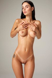 Fantastic hottie Dita flaunts her perfect curves as she poses naked