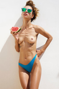 Tanned bombshell Rosa eats melon and shows us her hot body